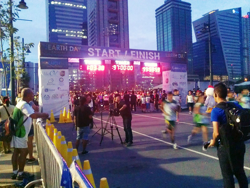10k runners on the move while 5k runners are gathered for warm up exercises before their gun start.